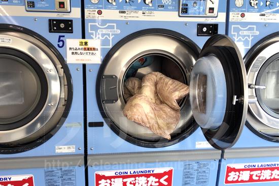 洗濯機から布団を取り出す