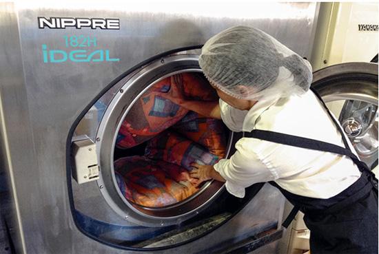しももとクリーニングの布団洗濯風景